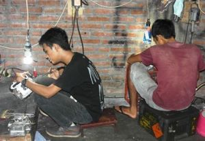 Pelanggan juga bisa belajar porting sendiri motornya lho... :D